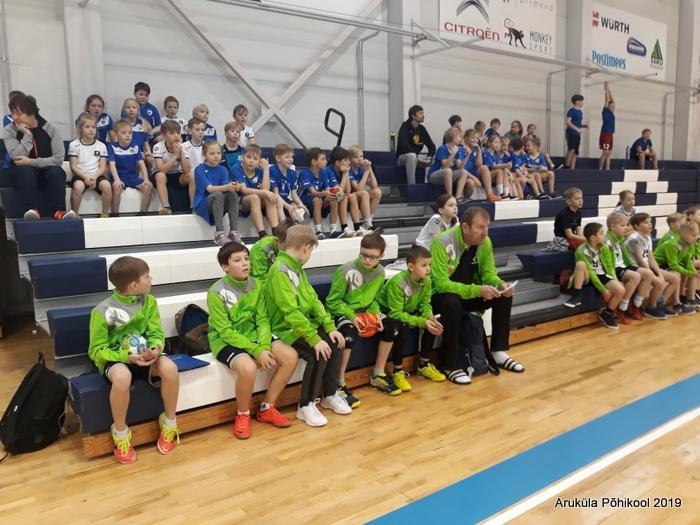 Spordivõitskonnad istuvad tribüünidel